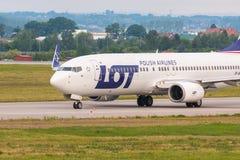 Les avions rayent le SORT roulant au sol sur la piste d'aéroport Photos stock