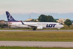 Les avions rayent le SORT roulant au sol sur la piste d'aéroport Photographie stock