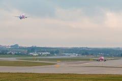 Les avions rayent Wizzair décollant de la piste d'aéroport Photos libres de droits