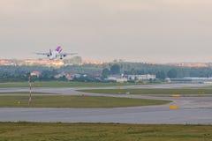 Les avions rayent Wizzair décollant de la piste d'aéroport Images stock
