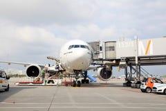 Les avions se sont accouplés dans l'aéroport international de Munich, Allemagne Photographie stock libre de droits