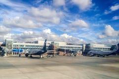 Les avions sociétés d'Aeroflot et d'Ural Airlines d'aviation dans l'aéroport international de Koltsovo à Iekaterinbourg, Russie Photographie stock