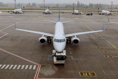 Les avions subissent le service avant le vol dans l'aéroport international Photographie stock libre de droits