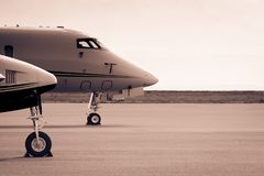 Les avions sur la piste attendant décollent photo stock