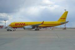 Les avions TU-204S RA-64024 de cargaison de la société de DHL se sont garés sur l'aéroport de Sheremetyevo Images libres de droits