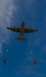 Les avions volent dans le défilé militaire de jour de bastille, Paris, France Images libres de droits