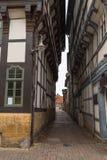 Les bâtiments allemands traditionnels ferment très entre eux l'allée étroite photo stock