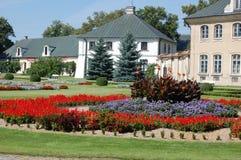 Les bâtiments auxiliaires s'approchent du palais rococo et néoclassique de Kozlowka (wka de ³ de 'Ã de KozÅ), en Pologne Photo stock