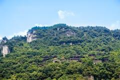 les bâtiments classiques construits sur les montagnes image libre de droits
