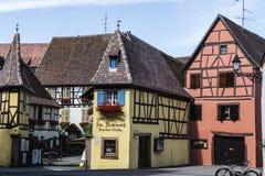 Les bâtiments colorés ornent la scène de rue des villes historiques en Alsace Photos libres de droits