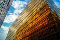 Les bâtiments d'or d'affaires hébergent la ville chez Tsim Sha Tsui Photographie stock libre de droits