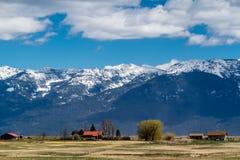 Les bâtiments dans des famrers mettent en place, Polson, Montana, Etats-Unis image stock
