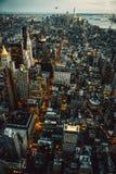 Les bâtiments de Manhattan New York City allume la vue supérieure aérienne à la nuit Photographie stock libre de droits
