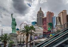 Les bâtiments du casino et New York - l'hôtel de New York au jour pluvieux photo libre de droits