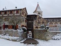 Les bâtiments et la herse médiévaux de château ont soulevé le paysage neigeux image libre de droits