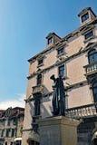Les bâtiments historiques et la statue de Marko Marulic, ont dédoublé la vieille ville, Croatie photographie stock