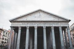 Les bâtiments iconiques de Rome ont tiré pendant un studytrip image stock