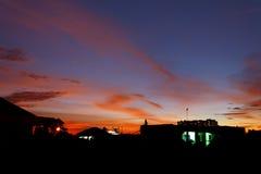 Les bâtiments silhouettent au temps de coucher du soleil image libre de droits