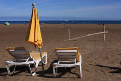 Les bâtis jaunes de chevalet s'approchent de la mer Photographie stock