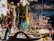 Les bâtons d'encens sur la combustion et la fumée de pot de bâton d'encens payaient le respect à Bouddha image libre de droits
