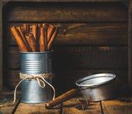 Les bâtons de cannelle peuvent dedans attaché avec la corde, l'anis et le tamis Photos stock