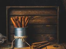 Les bâtons de cannelle peuvent dedans et l'anis se tient le premier rôle avec la poudre en baisse Image stock