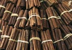 Les bâtons de cannelle se ferment au marché du ` s d'agriculteur Fond Texture des bâtons de cannelle Image libre de droits