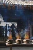 Les bâtons de l'encens brûlent dans un temple bouddhiste dans Saigon (Vietnam) Photographie stock libre de droits