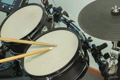 Les bâtons en bois ont battu les tambours Images stock