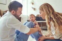 Les bébés pleurants font les parents intéressés Photo stock