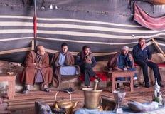 Les bédouins reposent, boivent le thé et la fumée tout en attendant des touristes dans le caravansérail dans le désert de Wadi Ru photographie stock libre de droits
