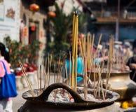 Les b?tons d'encens sur la combustion et la fum?e de pot de b?ton d'encens payaient le respect ? Bouddha photographie stock libre de droits