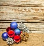 Les babioles de Noël et varient de la décoration sur le fond en bois images stock