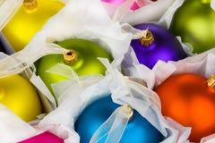 les babioles ont enfermé dans une boîte des décorations de Noël Photographie stock libre de droits