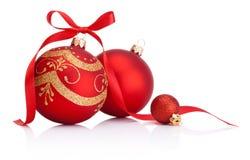 Les babioles rouges de décoration de Noël avec le ruban cintrent sur le whi Photos libres de droits