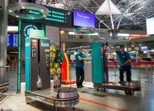 Les bagages d'aéroport de Vnukovo d'emballeurs attendent des clients Photo stock