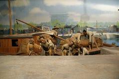 Les bagagistes de musée de cire déchargent un récipient images stock