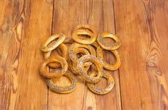 Les bagels croquants ont complété avec des clous de girofle sur la surface en bois Photographie stock