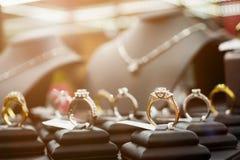 Les bagues à diamant et les colliers de bijoux montrent dans le magasin de détail de luxe photographie stock libre de droits