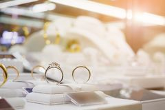 Les bagues à diamant et les colliers de bijoux montrent dans le magasin de détail de luxe photo libre de droits