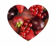 Les baies au coeur forment d'isolement sur un blanc La forme de coeur a assorti des baies sur le fond blanc Groseilles rouges mûr Image stock