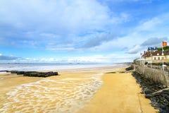 Les Bains, Normandia, Francia di Arromanches. spiaggia del lungonmare e resti del porto artificiale Immagine Stock