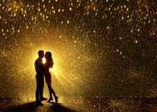 Les baisers couplent la silhouette, contournent l'amour de couples de Valentine s Image stock