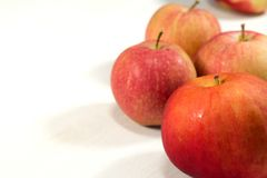 les baisses délicieuses de fond de pomme fraîches a le léger blanc de l'eau de cheminée d'ombre rouge organique saine Photo stock