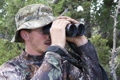Les baisses de chasseur disent ouvert du bout des lèvres quand il repère le grand animal photo libre de droits