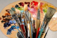 Les balais et la palette de l'artiste Photos stock