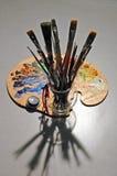 Les balais et la palette de l'artiste avec des ombres Images libres de droits