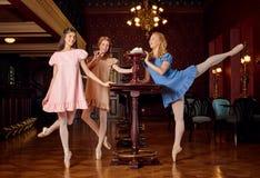 Les ballerines de mode dans des robes colorées veulent goûter une meringue et un zéphyr doux Photos libres de droits