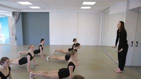 Les ballerines s'exercent pour se redresser au début de la leçon de ballet banque de vidéos