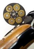 Les balles chargées dans la chambre d'arme à feu 38 spéciale préparent le feu de but Images libres de droits
